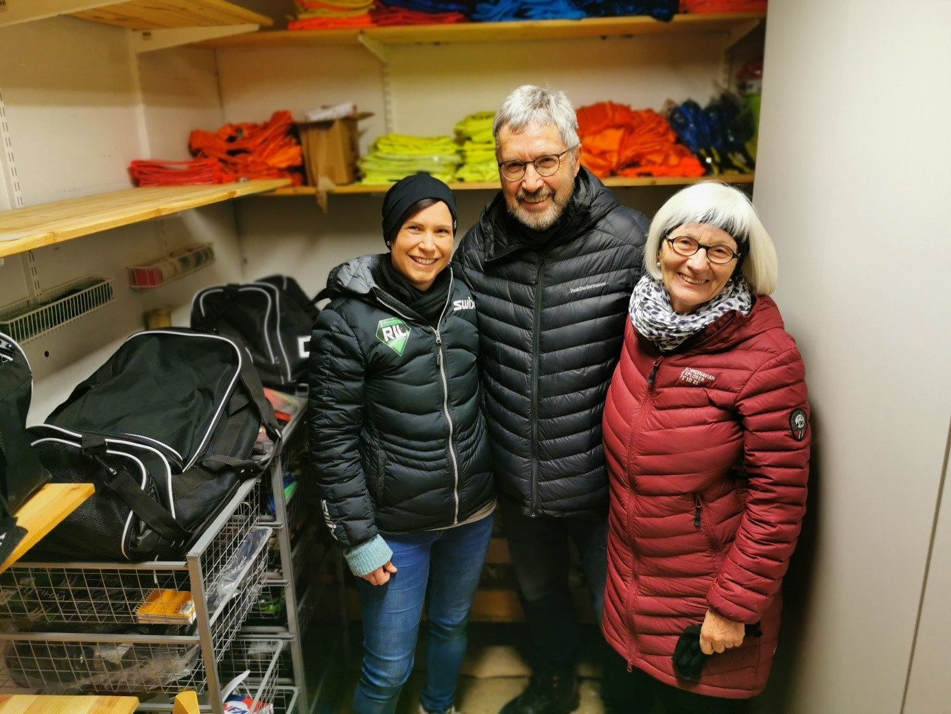Materialforvalter Marit Grindalen sammen med to representanter for YES Kilimanjaro, Jens Olai Jenssen og Ellen Graff Jenssen.